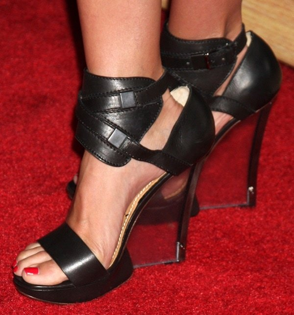 Cameron Diaz shows off her sexy feet on the red carpet