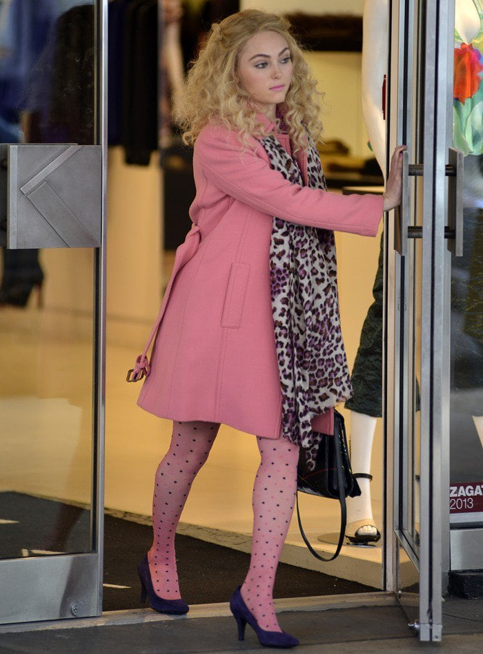 AnnaSophia Robb, the actress who plays the role of the young Carrie Bradshaw, had on a pink coat and a leopard-print scarf