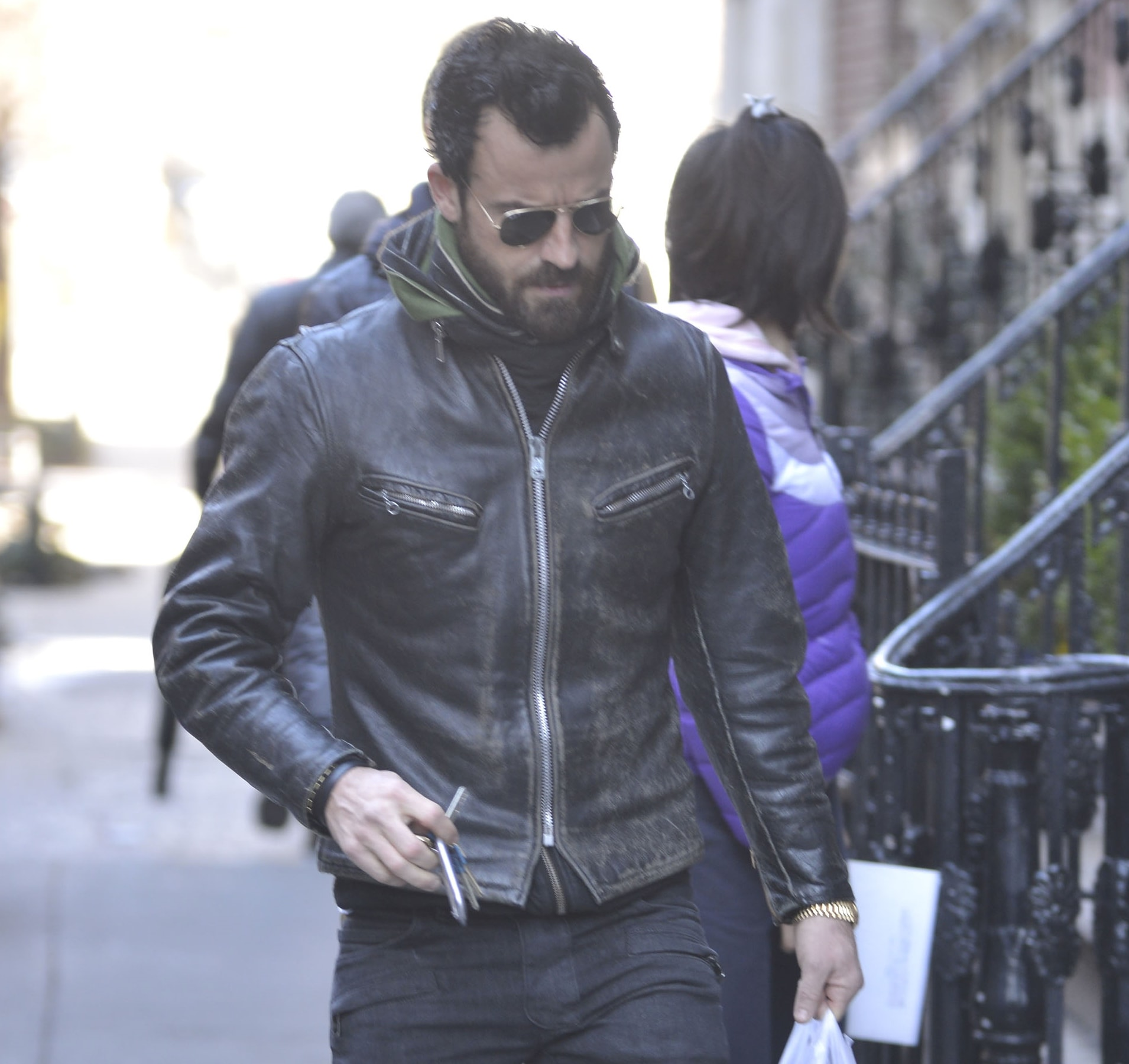 Justin Theroux shows how to look rugged cool in a leather jacket