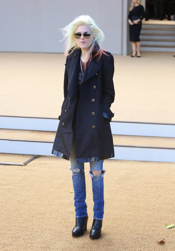 Bringing rocker-chic vibe to the show was Alison Mosshart, who chose to pair her cute navy coat with distressed jeans and a black shirt