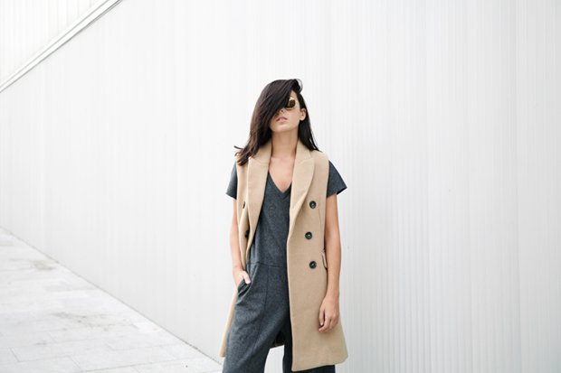 Lucía shows how to layer a solid vest over a different-colored shirt for a stylish accent